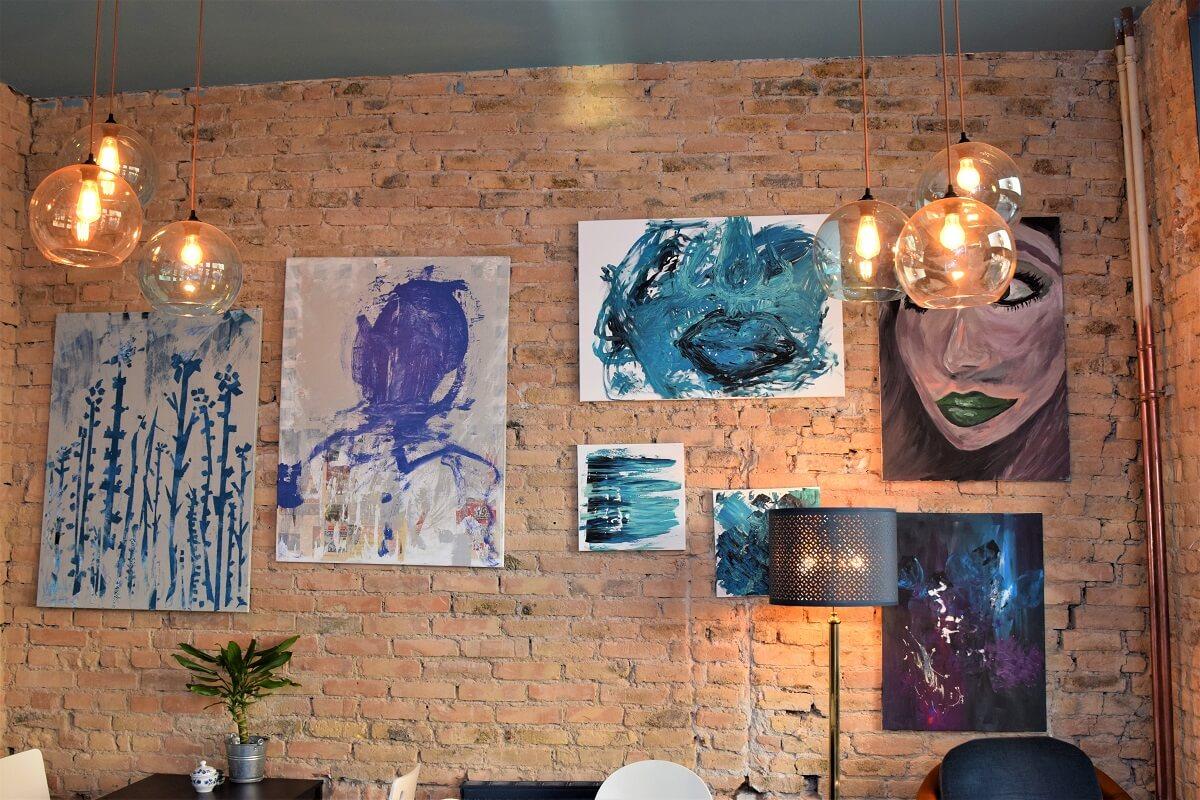 Die Bilder an den Wänden stammen von der Geschäftsführerin.